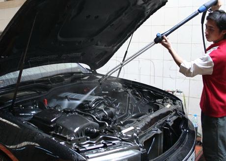 có nên rửa máy xe ô tô