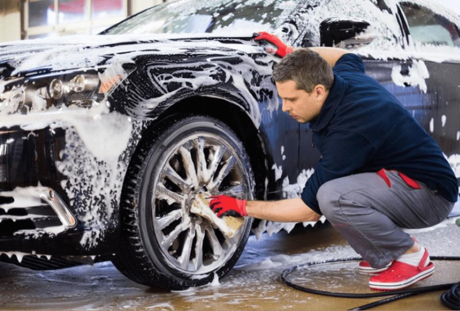 rửa xe ô tô bằng xà phòng